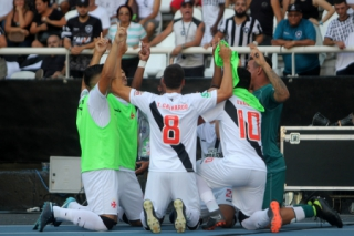 Elenco do Vasco comemora gol no fim