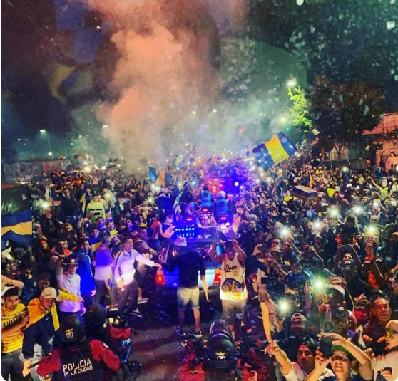 Torcida Boca Juniors faz festa no embarque do time