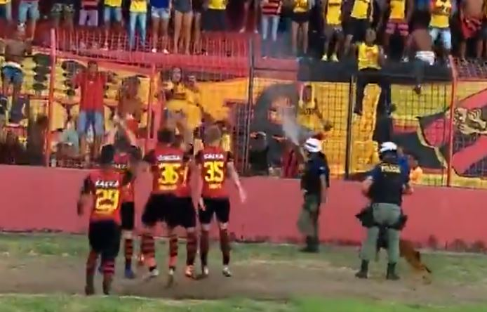 Policial usa spray contra torcida do Sport