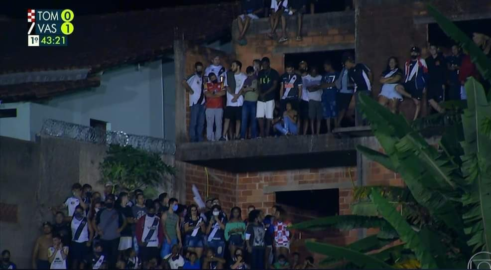Torcida do Vasco se aglomera em partida do time